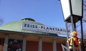 Astro vor dem Planetarium