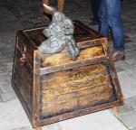Zwerg auf Kiste