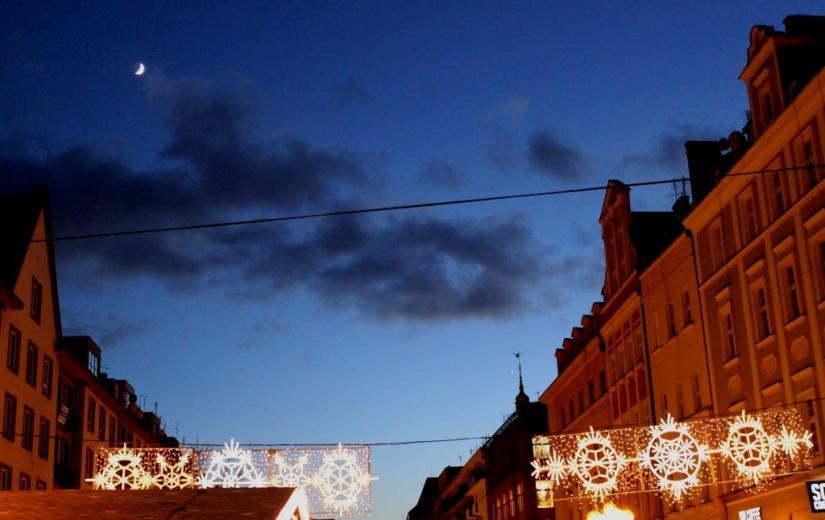 Mond und Venus über dem Weihnachtsmarkt