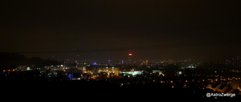 Jena bei Nacht mit Lichtglocke über der Stadt