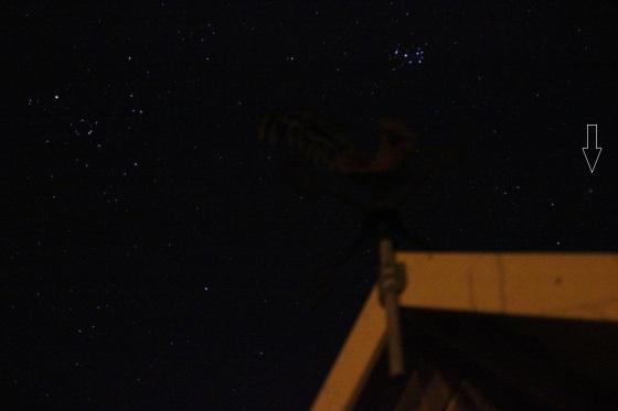 Lovejoy mit Hyaden und Plejaden am Wetterhahn