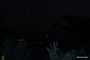 Venus, Jupiter, Mond und Waldbrand am Abendhimmel