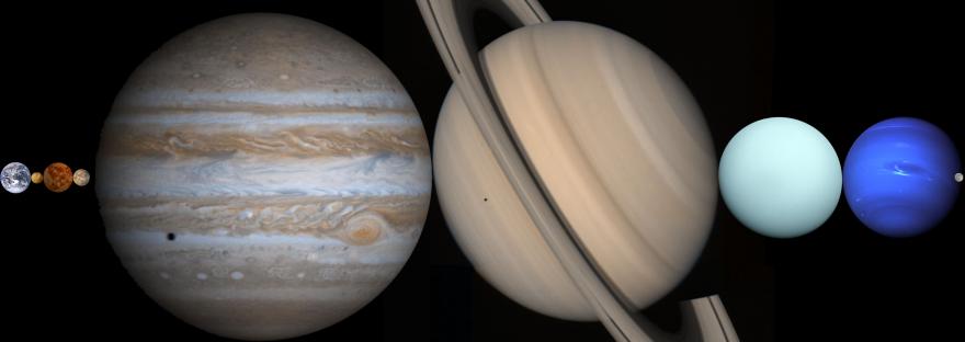 Planeten des Sonnensystems aneinandergereiht zwischen Erde und Mond