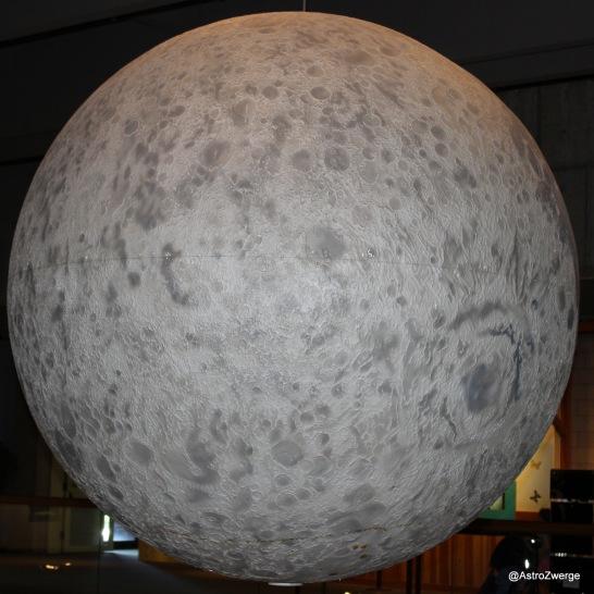Modell des Mond mit seiner Rückseite