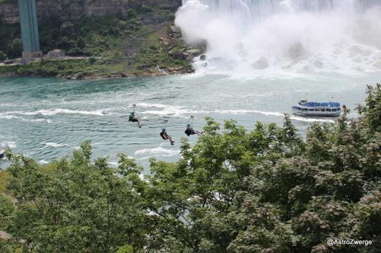 am Drahtseil hängend am Fluss entlang