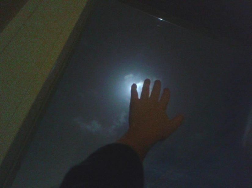 der kleine Finger bedeckt den Mond