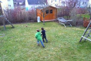 Fussball spielen auf Gänseblümchenwiese 2012