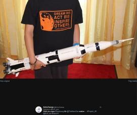 """DRL_next #Projekt_4D zum Thema Spielzeug: Der Zwerg hat das TheMarsGeneration T-Shirt """"Dream Big. Act Big. Instire Others."""" an und hält die LEGO-Saturn V in den Händen."""