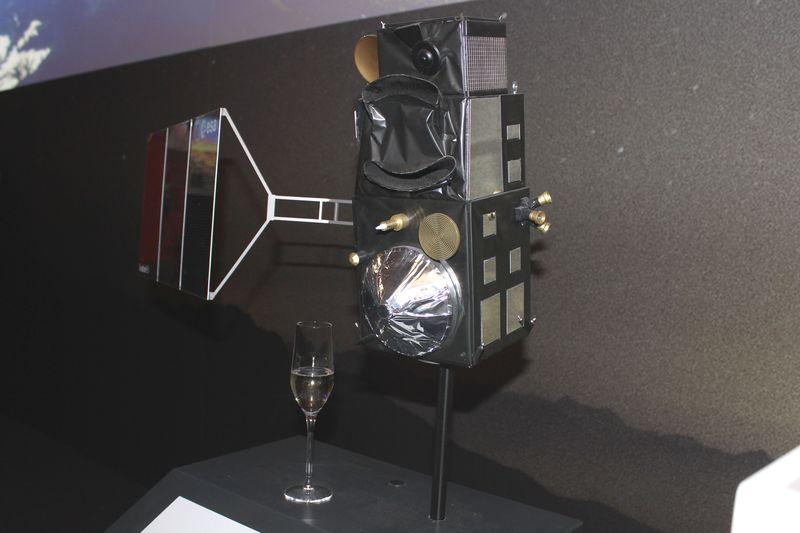 Sentinel-3 Modell mit Sektglas
