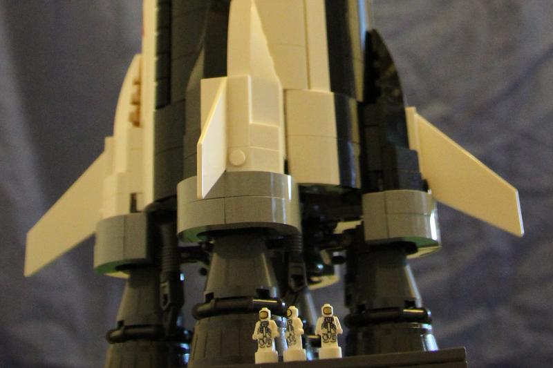 3 Mini LEGO Astronauten am Fuße der LEGO Saturn5
