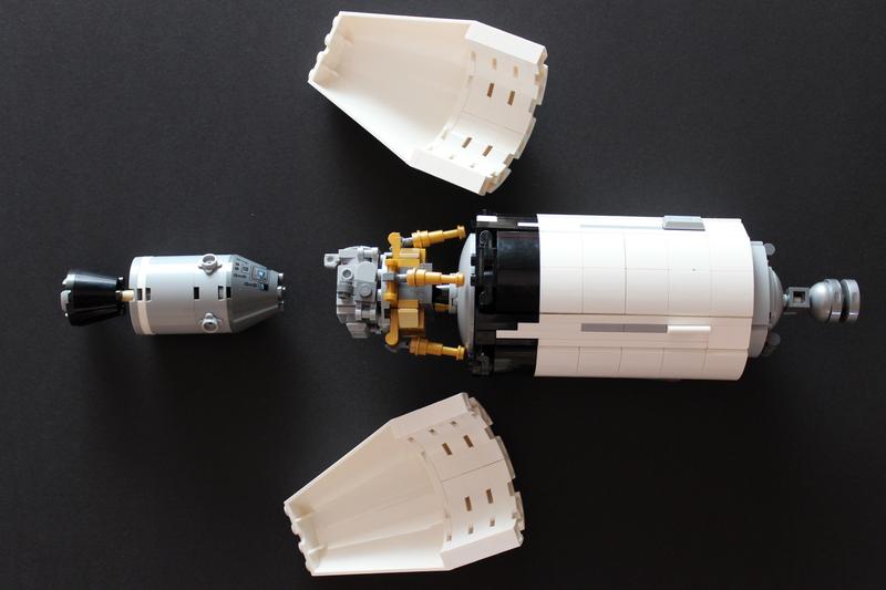 LEGO Verkeidung ab und Apollo 11 Module mit der Spitze zum Lander