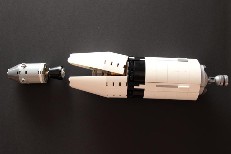 Verkleidung geöffnet und LEGO Apollo 11 Module draußen