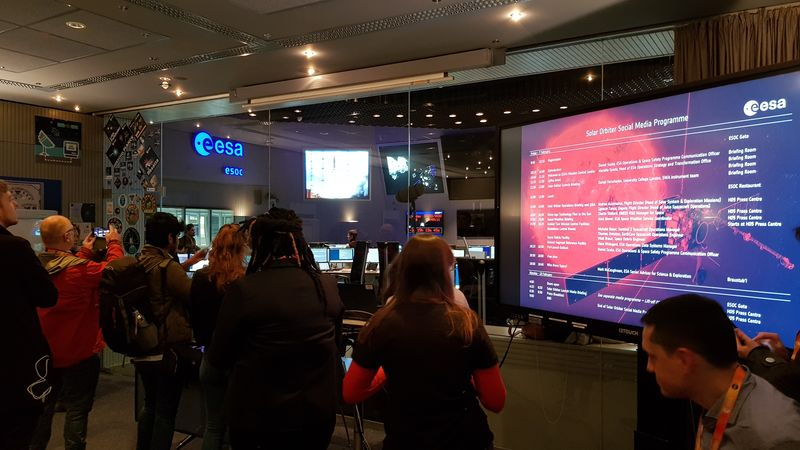Blick aus dem Briefing Room in den Mission Control Room  mit vielen fotografierenden Teilnehmern