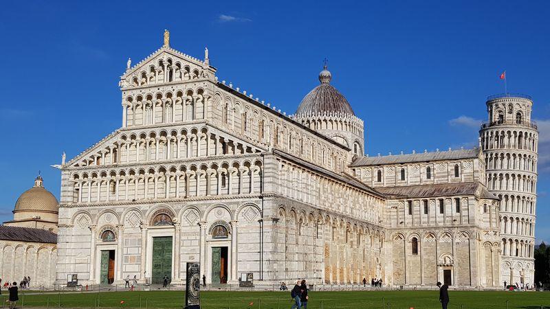 Kathedrale von Pisa, im Hintergrund der Schiefe Turm