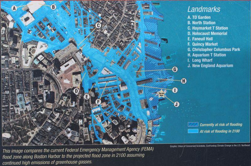 Schautafel mit markierten Bereichen der Stadt Boston, die 2100 überflutet sein wird